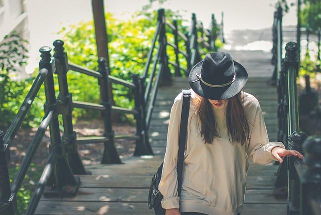 Schody, žena s pánskym klobúkom.jpg