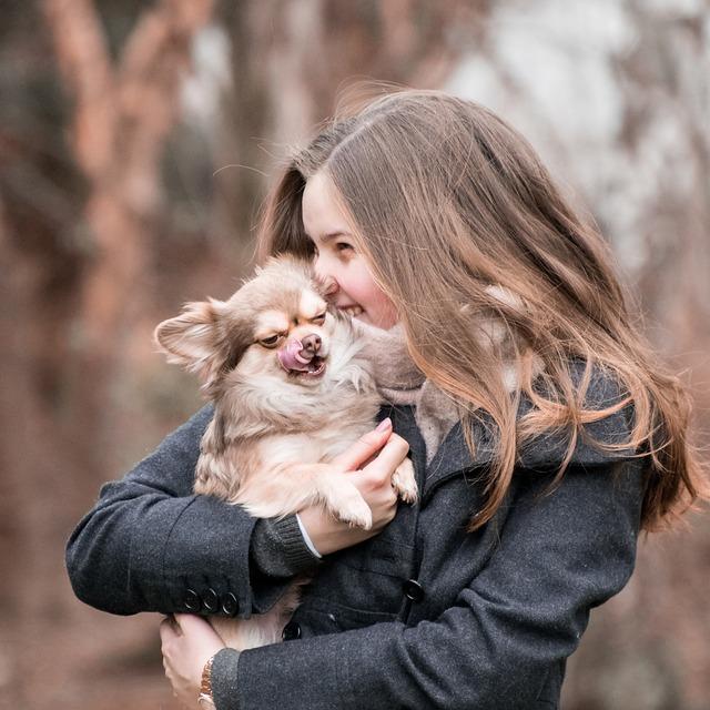 dievča objíma psíka.jpg