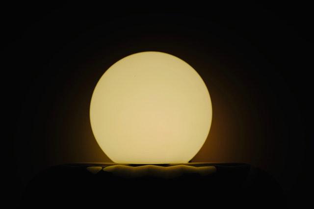 Zapálená lampa v tvare gule v tme.jpg