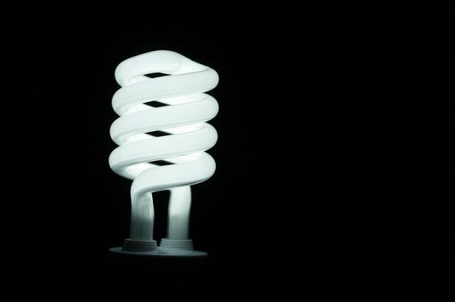 Detail na bielu skrútenú žiarovku.jpg