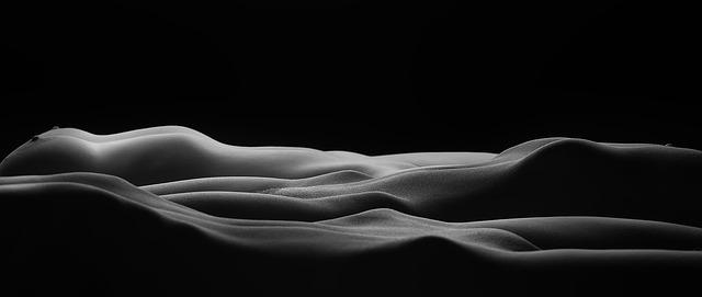 Dve nahé ženy ležia vedľa seba.jpg