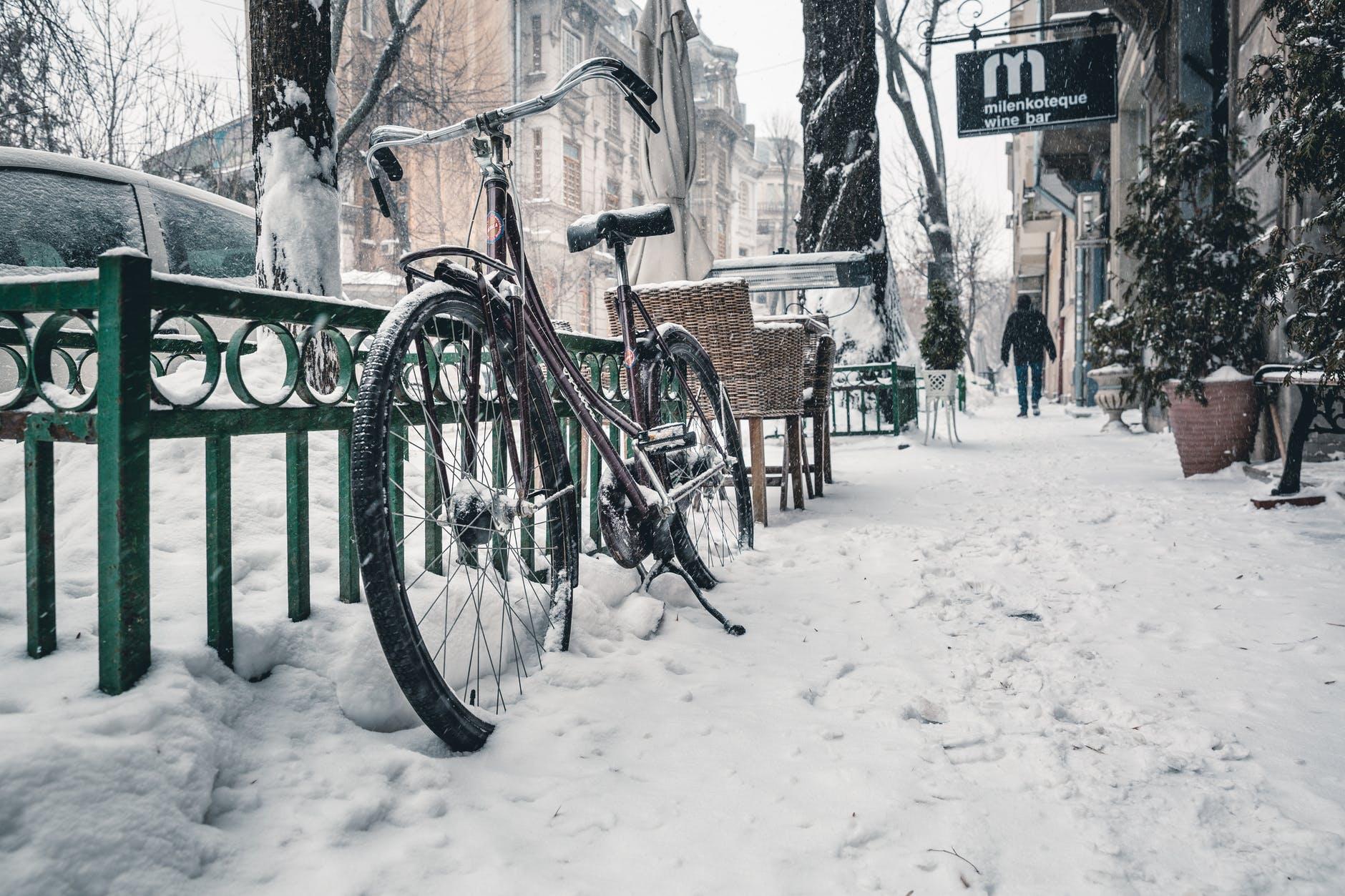 sneh, bicykel, zábradli